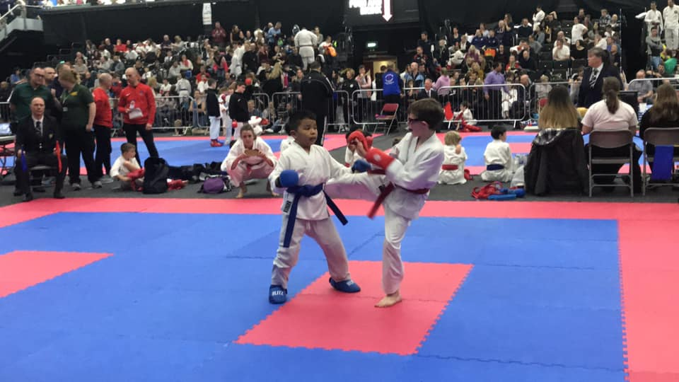 sport-karate-roundhouse-kick